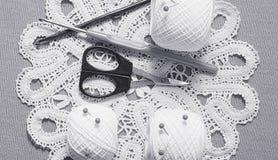 Objets pour la couture Ciseaux et goupilles Fil d'écheveaux sur le tapis broches Photos libres de droits