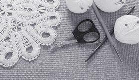Objets pour la couture Ciseaux et goupilles Fil d'écheveaux sur le tapis broches Photos stock