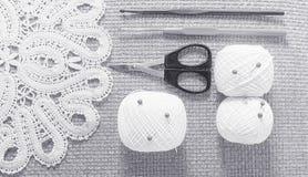 Objets pour la couture Ciseaux et goupilles Fil d'écheveaux sur le tapis broches Photographie stock libre de droits