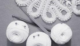 Objets pour la couture Ciseaux et goupilles Fil d'écheveaux sur le tapis broches Images stock