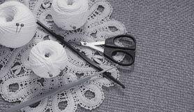 Objets pour la couture Ciseaux et goupilles Fil d'écheveaux sur le tapis broches Photo stock