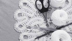 Objets pour la couture Ciseaux et goupilles Fil d'écheveaux sur le tapis broches Image libre de droits