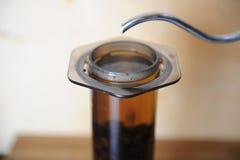 Objets pour le café alternatif brassant sur un fond en bois Café de spécialité Le courant d'eau verse du fabricant d'égouttement Photos libres de droits