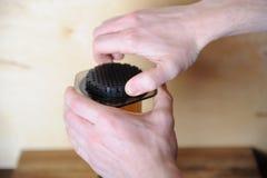 Objets pour le café alternatif brassant sur un fond en bois Café de spécialité Les mains tournent le filtre noir Photos stock