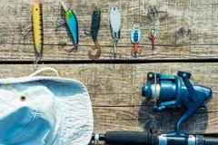 Objets pour pêcher sur un plan rapproché en bois de pilier Photos stock