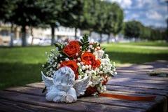 Objets rouges de bouquet et de décoration de mariage dans Images stock