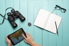 Objets sur le plancher en bois vert photographie stock libre de droits