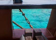 Oblò della barca con la vista di oceano fotografia stock libera da diritti