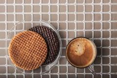 Oblaten mit Tasse Kaffee auf der Draufsicht des Entlastungshintergrundes Lizenzfreies Stockbild
