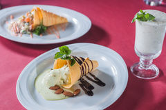 Oblatenkegel mit flüssiger Schokolade und Mandeln Stockfotos