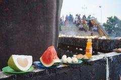 Oblation à la roche d'or de pagoda de kyaikhtiyo dans myanmar Images libres de droits