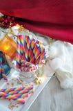 Oblea del arco iris en la placa blanca con la decoración del partido Imágenes de archivo libres de regalías