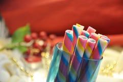 Oblea del arco iris en taza azul con el fondo rojo Imagen de archivo libre de regalías