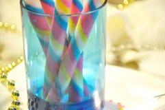 Oblea dulce del color en taza azul en el fondo blanco Imagen de archivo