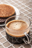 Obleas con la taza de café en la vertical del fondo del alivio Fotografía de archivo