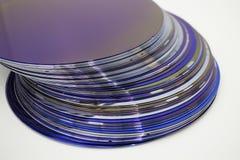 Obleas de silicio del color p?rpura en existencia fotografía de archivo