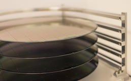 Obleas de silicio - una oblea es una parte fina del material del semiconductor, tal como un silicio cristalino, usado en la elect imagen de archivo libre de regalías