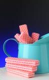 Obleas rosadas del azúcar en estaño azul Fotos de archivo