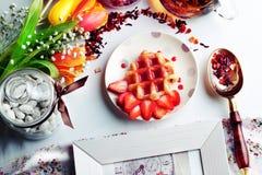 Obleas vienesas con el jarabe de fresa Imagen de archivo libre de regalías