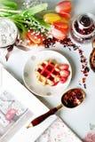 Obleas vienesas con el jarabe de fresa Fotos de archivo libres de regalías