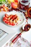 Obleas vienesas con el jarabe de fresa Fotos de archivo