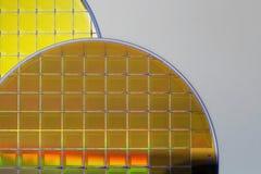 Obleas y microcircuitos de silicio - una oblea es una parte fina del material del semiconductor, tal como un silicio cristalino,  imagenes de archivo