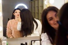 Oblicza pojęcie Zamyka w górę kobiety dostawać uzupełniał na powiekach Stosować eyeshadow z muśnięciem fachowym artystą zdjęcia royalty free