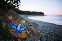 Oblicza ptaka na skale która kłama morze Obraz Royalty Free
