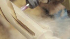 Obliczający rozcięcie na drzewie maszynowi cięcia postać od drzewa CNC maszyna, meblarska fabryka maszynowi cięcia a zbiory wideo