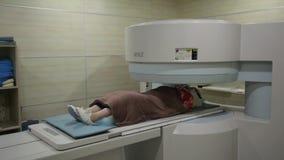 Obliczający tomografii lab Obrazu cyfrowego badania medyczne /examination w nowożytnym szpitalu MRI ekrany z lekarką i maszyna zbiory wideo