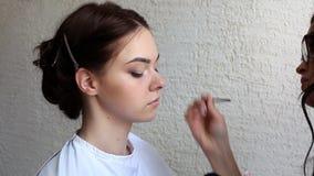 Oblicze artysta robi makijażowi dla potomstw modeluje w salonie zbiory