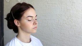 Oblicze artysta robi makijażowi dla potomstw modeluje w salonie zdjęcie wideo