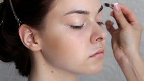 Oblicze artysta robi makijażowi dla potomstw modeluje w salonie zbiory wideo