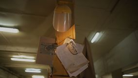 Obliczenia pisać na kawałek papieru lub przesłankach w meblarskim warsztacie dla drewnianego przerobu zbiory wideo