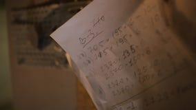 Obliczenia pisać na kawałek papieru lub przesłankach w meblarskim warsztacie dla drewnianego przerobu zdjęcie wideo