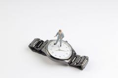 obliczenie puszka pojęcia postaci stojaka minimalny biznesowy zegarek zdjęcie royalty free