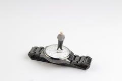 obliczenie puszka pojęcia postaci stojaka minimalny biznesowy zegarek zdjęcia royalty free