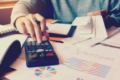 Obliczenie z kwitu rachunkiem i mężczyzna kalkulujemy o koszcie przy ho obraz royalty free