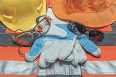 Obligatorische Ausrüstung für Schutz bei der Arbeit in den verschiedenen Unternehmen lizenzfreies stockbild