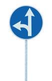 Obligatorisches gerades oder Linkskurve voran, Fahrspur-Weg-Wegweiser-Zeiger-Verkehrsschild, auserlesenes Konzept, Blau lokalisie Lizenzfreies Stockbild