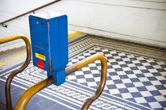 Obliterator colorido em uma estrada de ferro vienense velha do metro fotos de stock