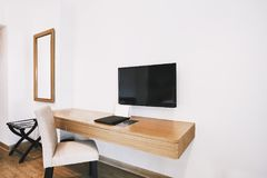 Obmurowany meble w nowożytnym hotelowym mieszkanie pokoju z krzesłem, lustro fotografia stock