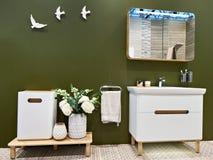 Obmycia lustro w wnętrzu łazienka i basen obrazy stock