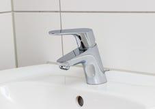 Obmycie basenu klepnięcie w chrom łazience obrazy royalty free