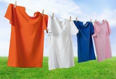 Obmycie odziewa na arkanie z clothespins dalej zdjęcie royalty free
