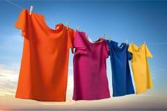 Obmycie odziewa na arkanie z clothespins na zmierzchu zdjęcia royalty free