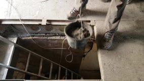 Obniżanie plastikowy wiadro z moździerzem zdjęcie wideo