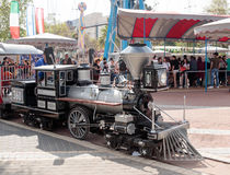 Obniżona kopia lokomotywa jedzie wokoło parka rozrywki obraz royalty free
