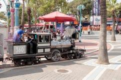 Obniżona kopia lokomotywa jedzie wokoło parka rozrywki zdjęcie royalty free