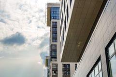 Obninsk, Россия - июль 2018: Часть здания мульти-этажа квартиры стоковое фото rf